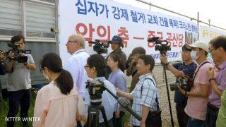 El Sr. Zoehrer entre manifestantes y periodistas