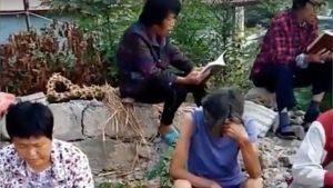 Los cristianos en China siguen celebrando reuniones en una iglesia demolida