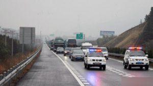 coche de policía en la carretera