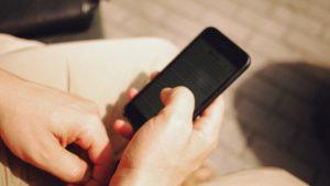 hombre usando teléfono