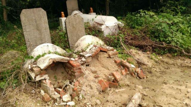 Los funcionarios gubernamentales logran exhumar las tumbas