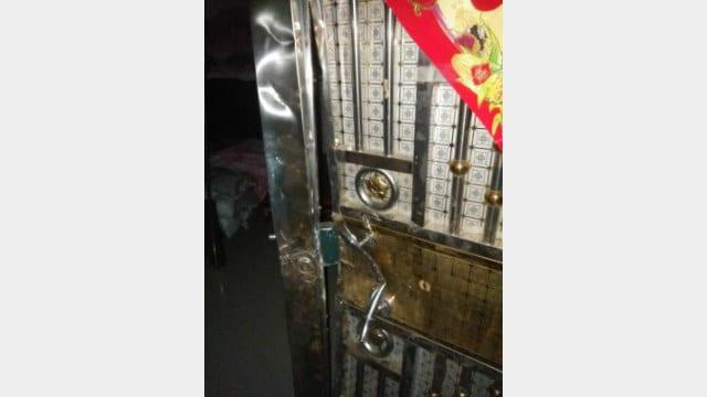 La policía derriba una puerta para capturar a las personas