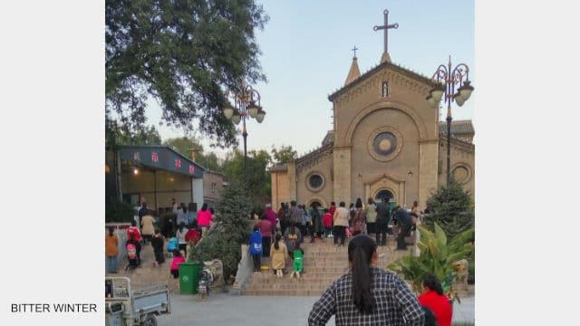 Los cristianos se reúnen en el sitio de congregación situado fuera de la iglesia.