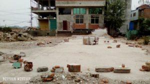 Un podio improvisado en las ruinas de la iglesia demolida en Fuyang