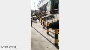 Barreras antivehículos situadas en la acera frente a entradas de tiendas