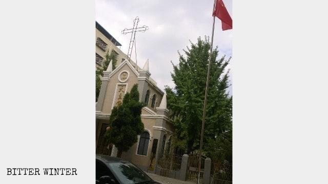 La bandera nacional china sustituye a la cruz