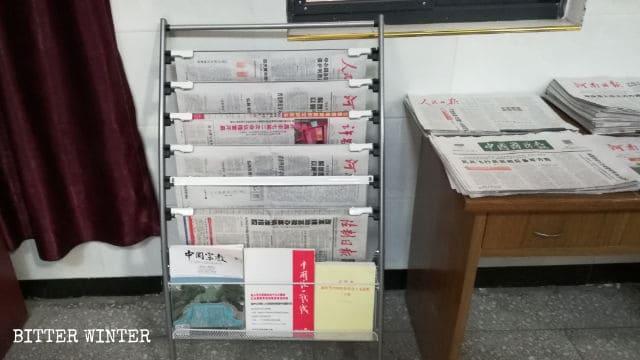 Periódicos y revistas son exhibidos en la iglesia