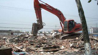 Un templo es demolido por la fuerza a pesar de las protestas de los residentes