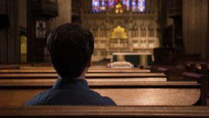 un católico en la iglesia