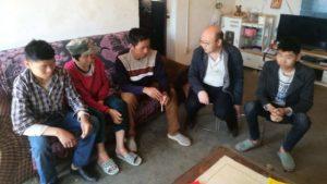 funcionario del gobierno visita a una familia