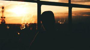 un hombre mira la puesta del sol