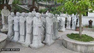 Estatuas de Arhats agrupadas.