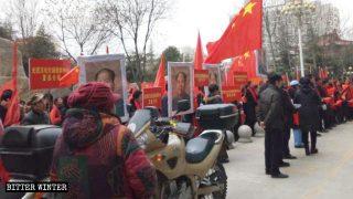 Grupo de manifestantes promoviendo el Día del Gran Hombre