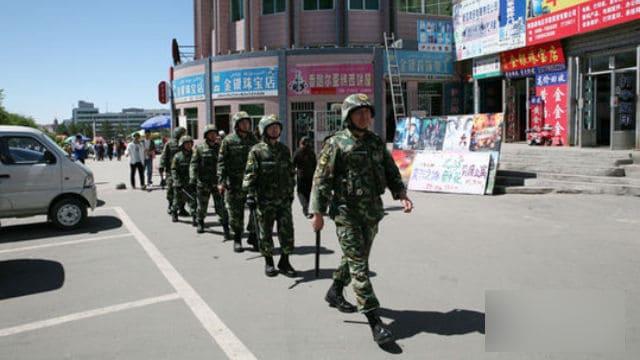 La policía está patrullando la calle.