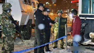La policía de Xinjiang está interrogando a la población.