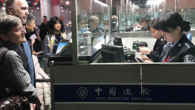 Los extranjeros están saliendo del país.