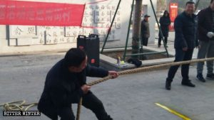 una aldea en Henán organizó un juego de tirar de la cuerda