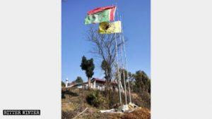 Banderas erigidas frente al Templo de las Hadas