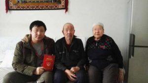 Foto de un funcionario de etnia han junto a su familia anfitriona uigur