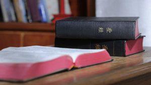 Tres biblias cristianas está en la mesa