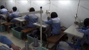 Los presos están haciendo ropa.