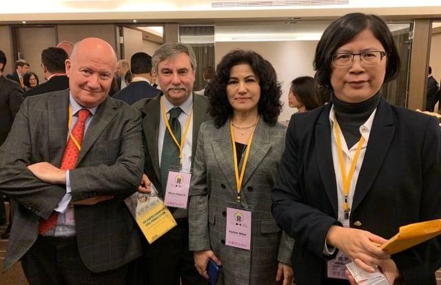 Massimo Introvigne, Marco Respinti, Rushan Abbas y la abogada de Falun Gong Theresa Chu