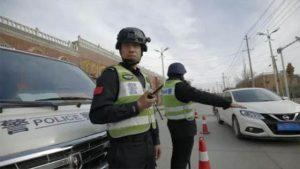 Policía revisando una identificación