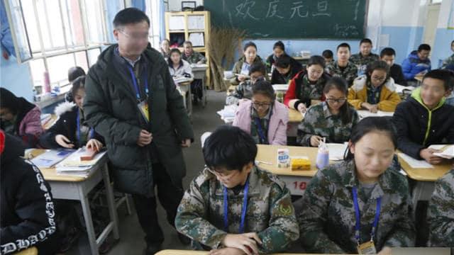 Un maestro asignado para trabajar en Sinkiang está impartiendo clases en el aula
