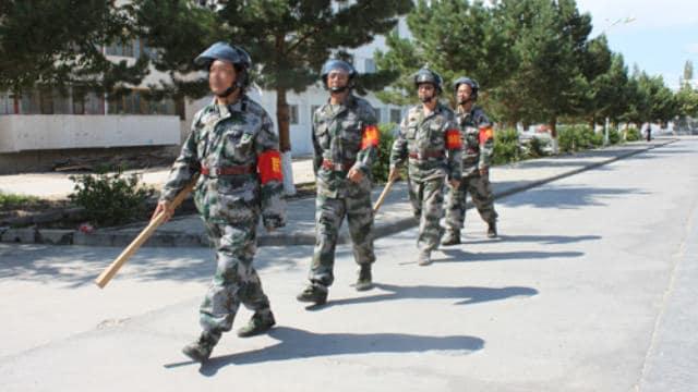 Milicianos patrullando las calles de Sinkiang