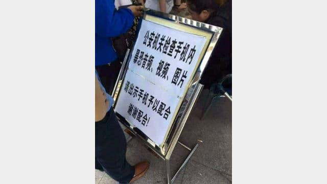 Una señal de advertencia en un puesto fronterizo de Sinkiang