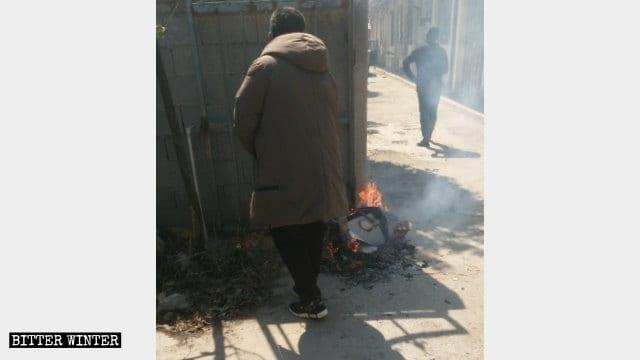 Funcionarios gubernamentales están quemando biblias y libros cristianos.