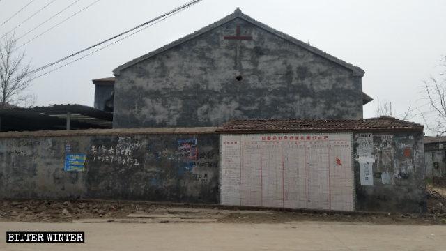 La cruz cristiana que se encontraba en la pared exterior de la Iglesia de Babu fue destruida