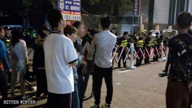 La policía estableció un puesto de control en la entrada y detuvo a los creyentes fuera de la iglesia.