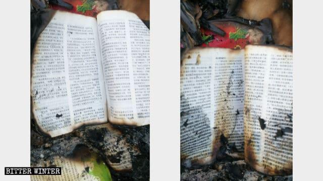 Las biblias quemadas que fueron rescatadas.