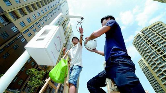 Los trabajadores están instalando cámaras de vigilancia