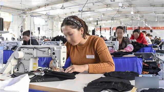 Mujeres uigures que trabajan en una fábrica dirigida por el gobierno