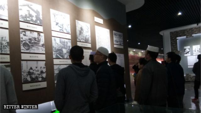 Musulmanes hui en una exhibición conmemorativa de la Revolución