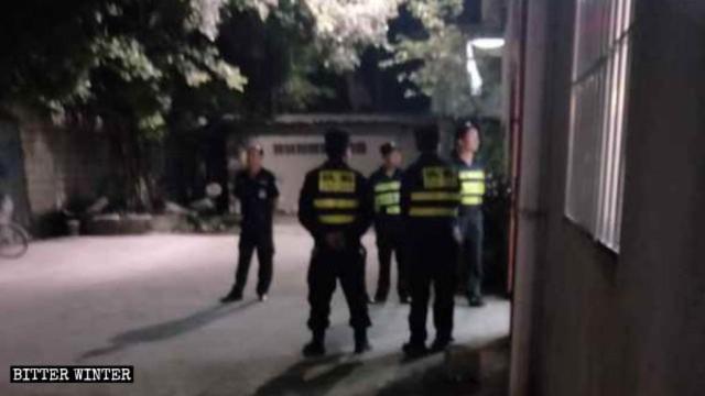 Oficiales de policía de guardia en la entrada de la iglesia.