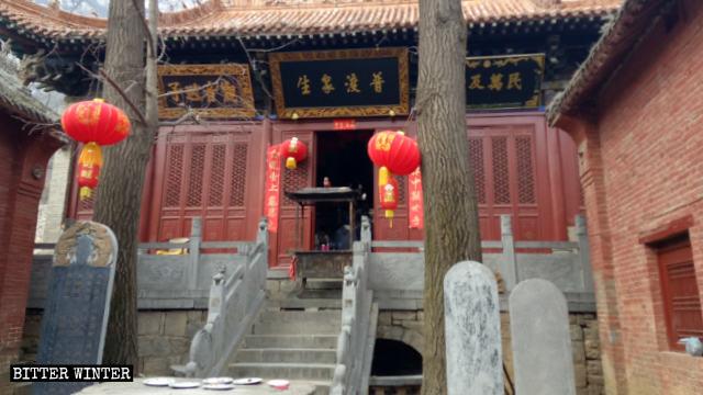 Una de las salas del Templo de Lianhua antes de que el mismo fuera sellado.