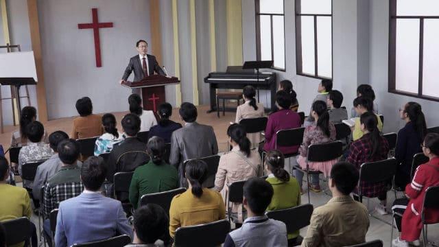 pastor dando un sermón en la iglesia