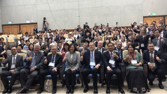 El presidente Tsai y participantes de la conferencia