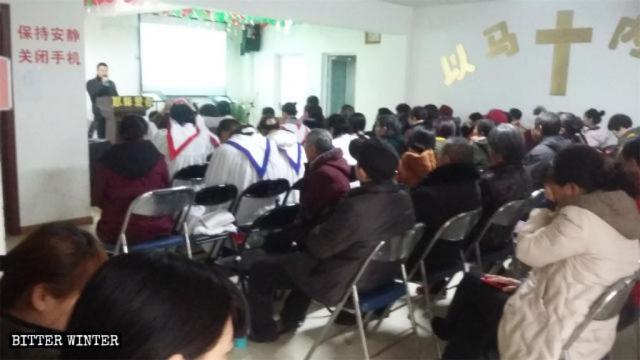 Los creyentes de la iglesia de Xinwang están celebrando una reunión.