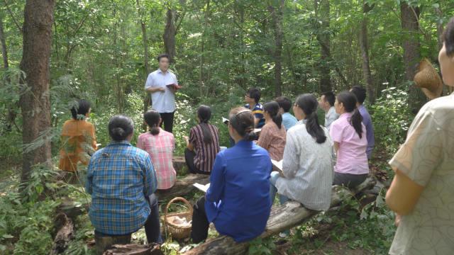 Los creyentes de una iglesia doméstica llevan a cabo una reunión en el bosque.