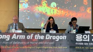 Massimo Introvigne, Lea Perekrests y Nurgul Sawut en el evento en Seúl.