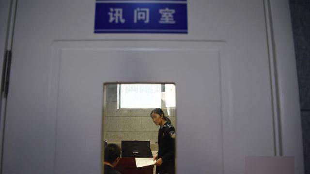 Sala de interrogatorios de una estación de policía.