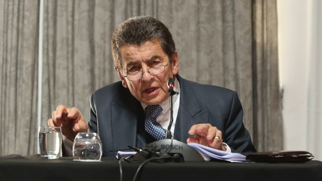 Sir Geoffrey Nice, QC, dictando la sentencia del Tribunal.