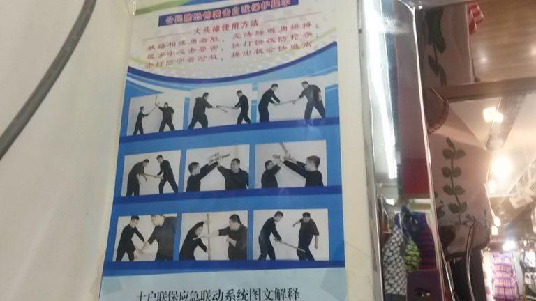 En una tienda de trajes de baño emplazada en Ürümqi se exhiben consejos de defensa personal para comerciantes. Todos se ven obligados a permanecer en alerta máxima.