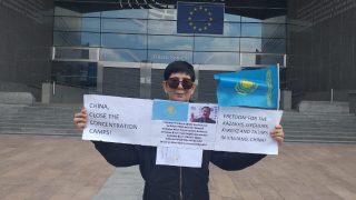 Una kazaja se manifiesta ante el Parlamento Europeo reclamando libertad y justicia