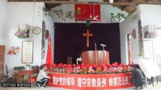 La bandera nacional china está colgada en la parte superior de la cruz situada dentro de la iglesia de Xinzhuang.