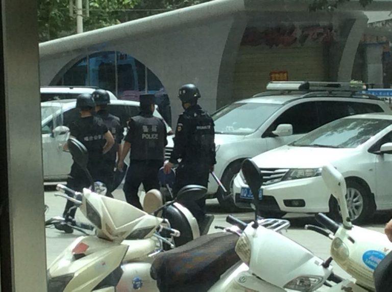 Policía patrullando las calles de Ürümqi.